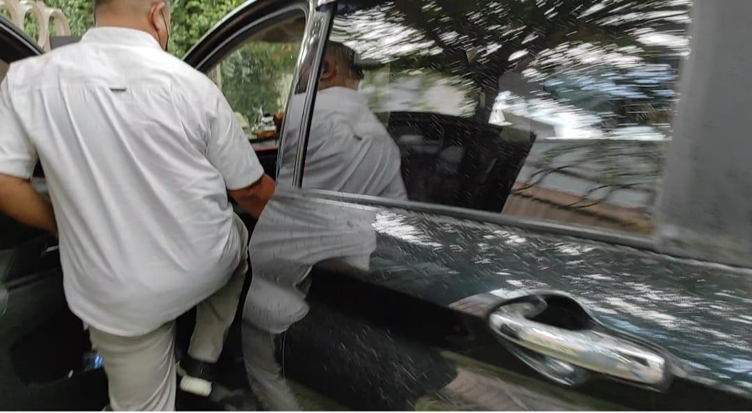 Kepala MAN 1 Sergai, FN, saat buru-buru masuk ke mobilnya usai diklarifikasi oleh Ombudsman RI Perwakilan Sumut, Kamis (22/7/21).